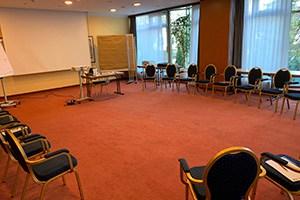 Goslar – Hotel hplus Seminarraum mit Leinwand und Beamer