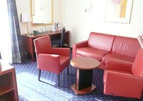 hotel-hplus-sitzecke-hotelzimmer-goslar-psychosomatische-grundversorgung-seminar-kurs-seminarorganisation-fuchs