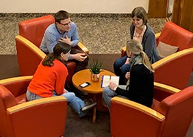 Hotel hplus Sitzgruppe mit 4 Teilnehmern
