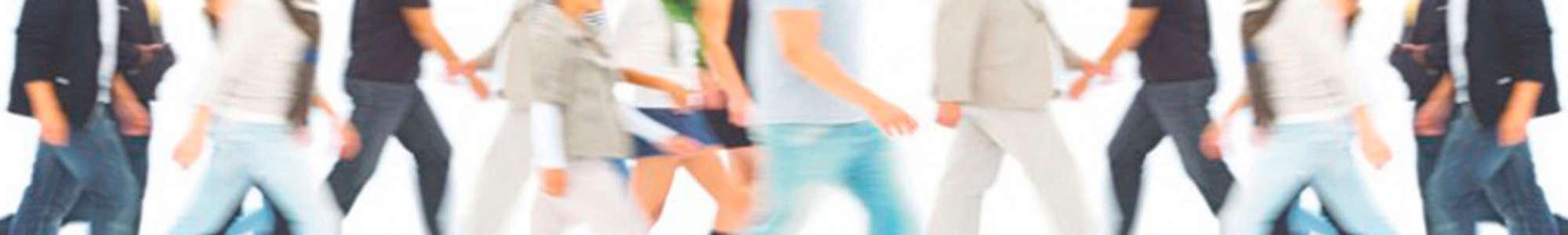 Psychosomatische Grundversorgung - Seminar - Kurs - Seminarorganisation - Fuchs - Gruppe von Menschen gehen vor weißem Hintergrund